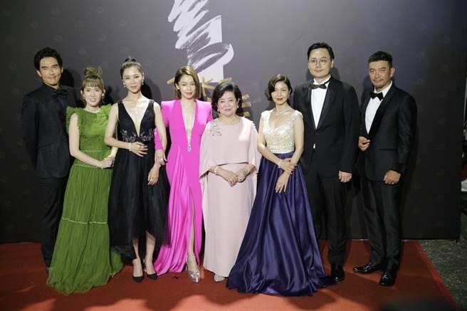 電影《孤味》團隊一起走紅毯,其中飾演女主角的琇琴和淑芳阿姨合作表演〈孤味〉。
