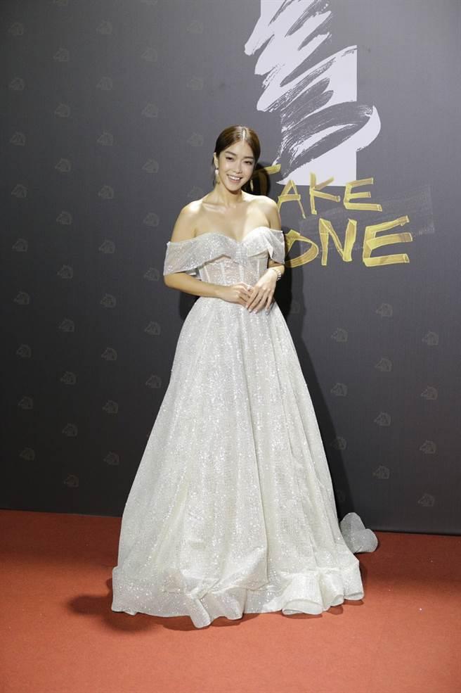 閃亮亮裸白色禮服把李霈瑜襯托得十分甜美。(廖映翔攝)