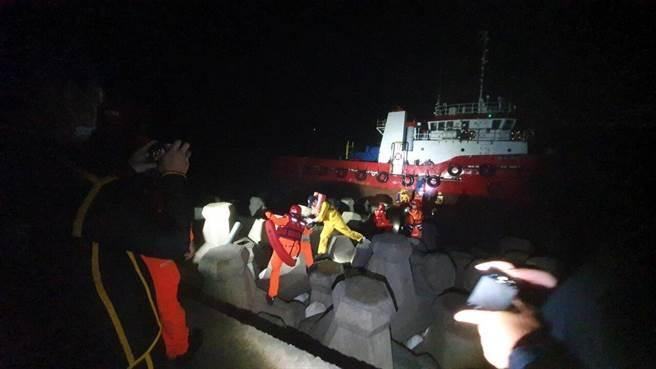 工程船大潭電廠外海擱淺,海巡、消防救回船上4人。(翻攝照片/蔡依珍桃園傳真)