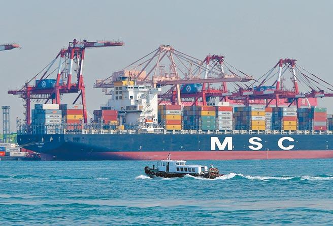 圖為高雄港碼頭旁大型貨輪貨櫃吊掛作業情景。(本報資料照片)