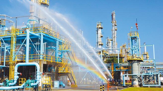 台灣中油公司石化事業部20日在高雄林園廠四輕工場舉辦「擴大緊急應變演練」,模擬地震造成毒化物洩漏應變流程。(台灣中油公司提供/林宏聰高雄傳真)