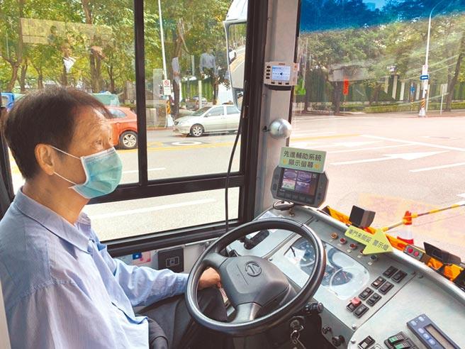 為降低公車肇事,台北市目前共有70輛公車裝設先進駕駛輔助系統。(張薷攝)
