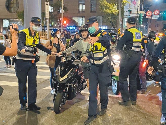 台灣機車路權促進會20日發起「待轉大富翁」,北市警察局出動360名警力防堵抗議,不少路過民眾也被攔下。(游念育攝)