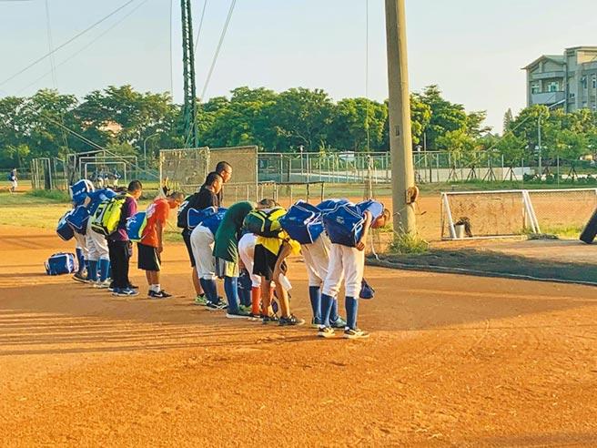 嘉義縣朴子市東石國中棒球隊小將每日在朴子簡易棒球場練習完向球場喊「謝謝教練!謝謝球場!」,表達對身邊人事物的感謝。(張毓翎攝)