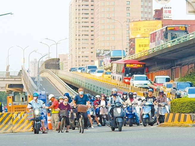 民族陸橋機車道功成身退,21日凌晨正式封閉拆除,預計12月1日恢復平面機車通行。(袁庭堯攝)