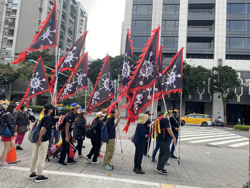 「秋鬥」遊行今(22)日下午1點在凱達格蘭大道登場,民眾已開始集結。(圖/中時新聞網)