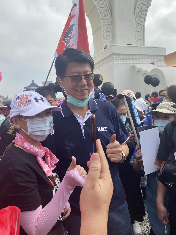 國民黨副秘書長、台南市議員謝龍介抵達秋鬥現場,民眾搶合照。(圖/中時新聞網)