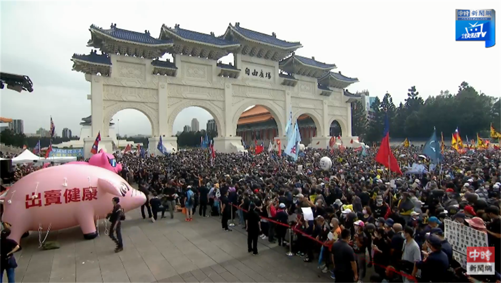 自由廣場前集結大批民眾。(圖/中時新聞網)
