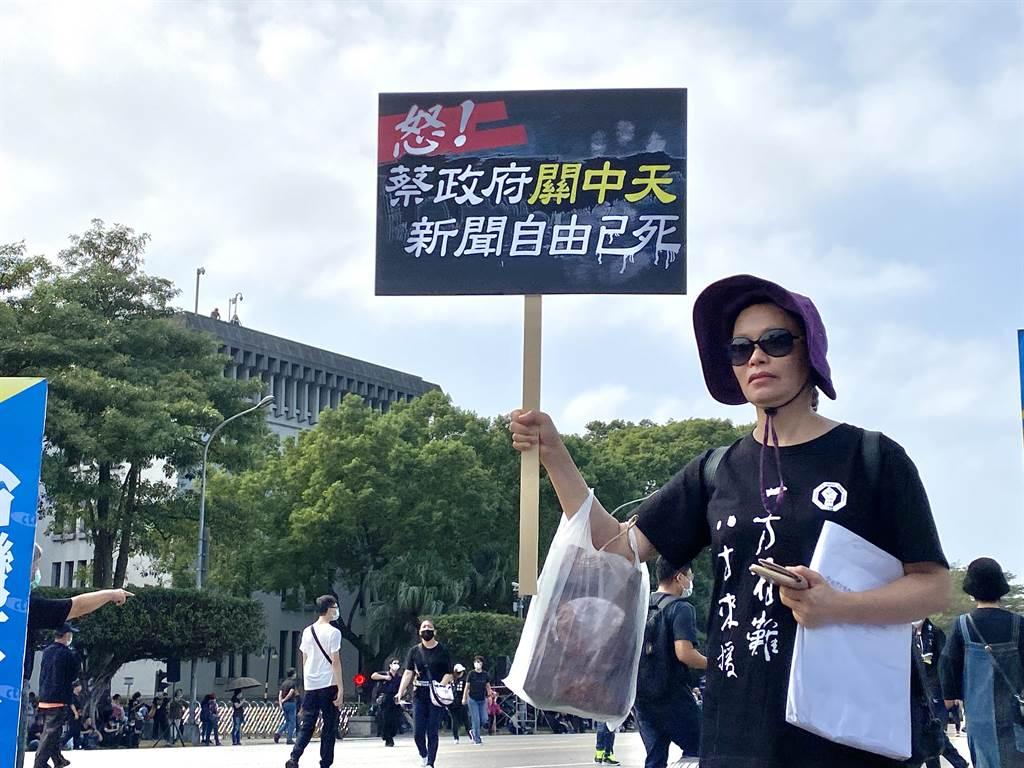 廣大民眾號召「反毒豬」「反雙標」「反黨國」的訴求,站上凱道對政府發出怒吼。(李柏澔攝)