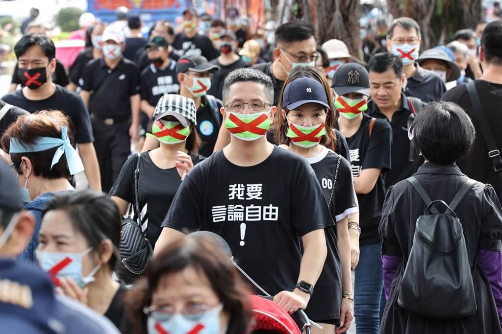 旺旺集團員工參加秋鬥遊行。(圖/陳信翰攝)