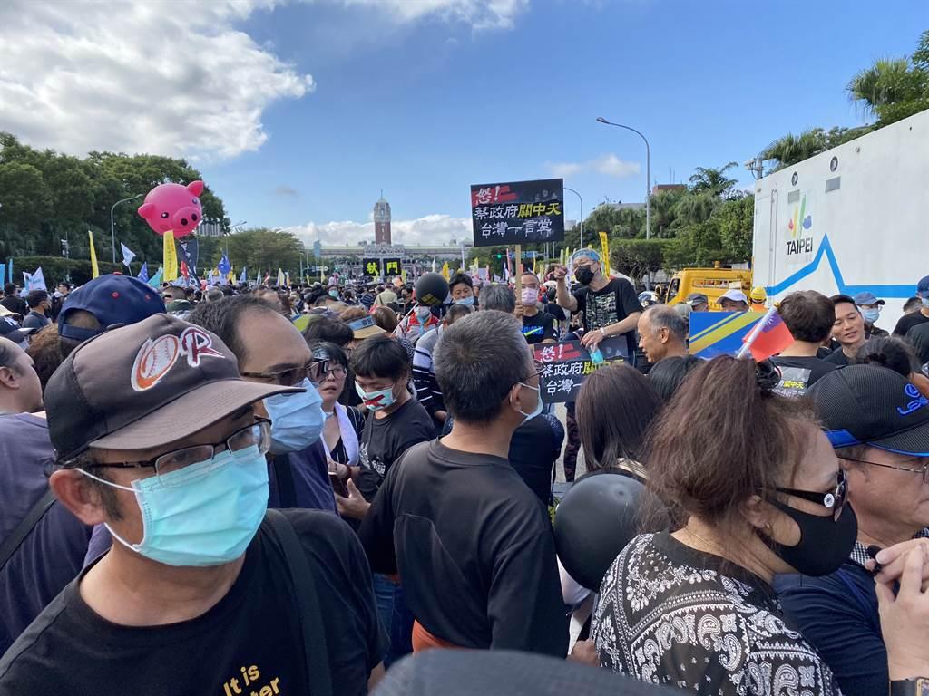 秋鬥遊行今登場,主辦單位宣布,現場已超過6萬人。(圖/林金池攝)