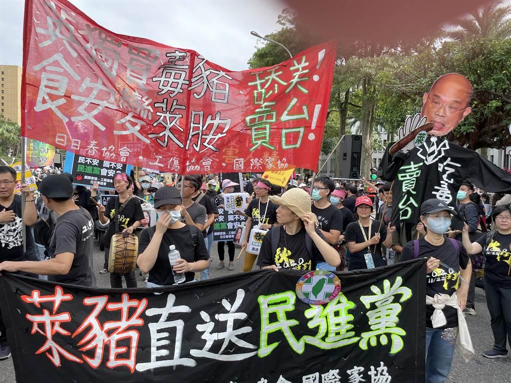 萊豬即將叩關,國人引發食安疑慮。圖為11月22日秋鬥大遊行現場抗議民團。(資料照/吳家豪攝)