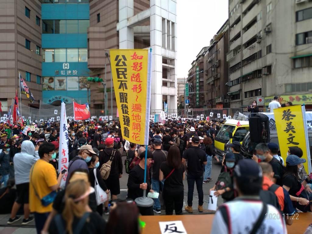 遊行第三第大隊也抵民進黨部前,群眾高喊:捍衛新聞自由、蔡英文下台。(圖/中時新聞網)