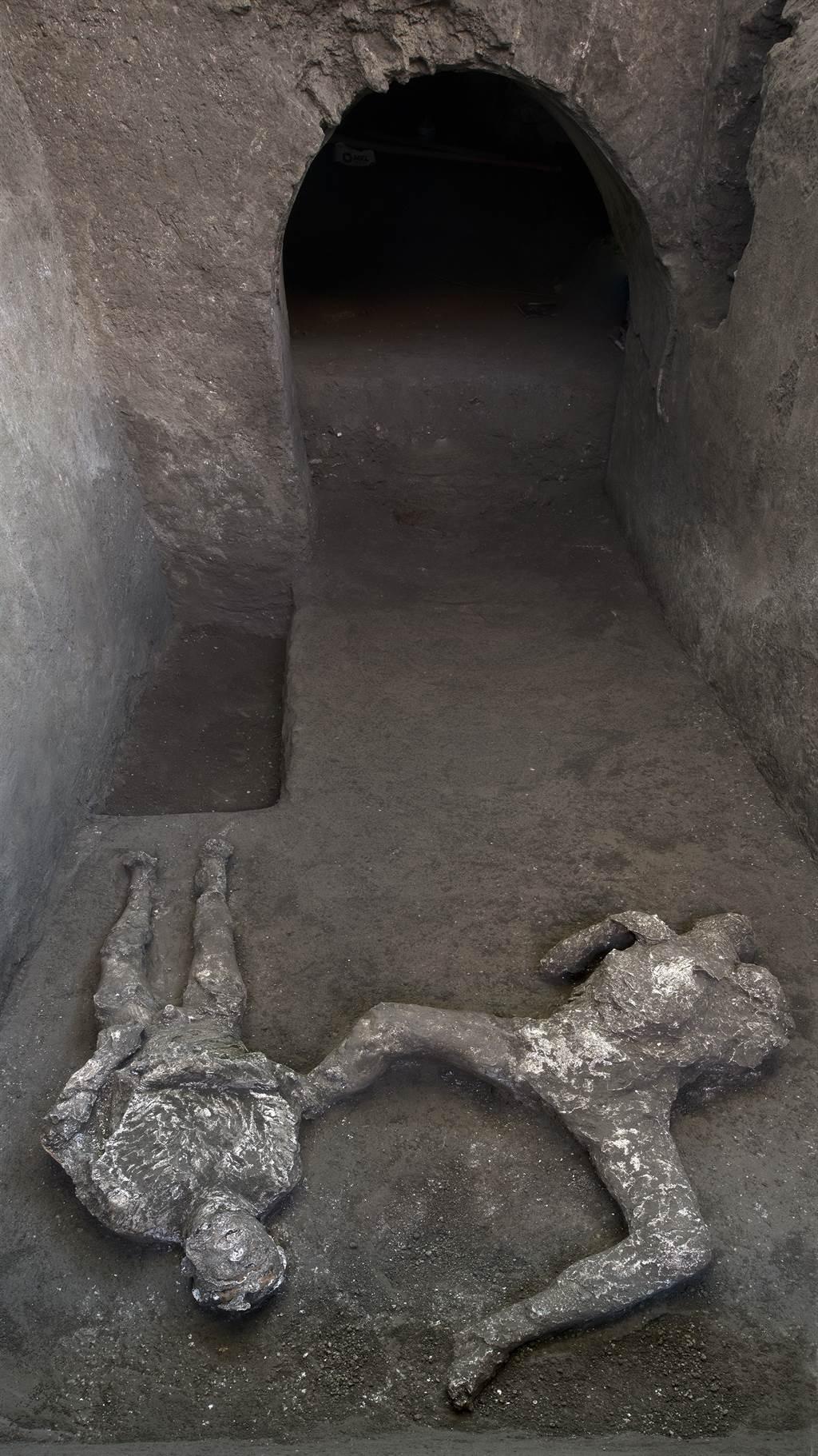 考古學家也從衣著與骨骼體型研判,2人生前應是主僕關係(圖/美聯社)