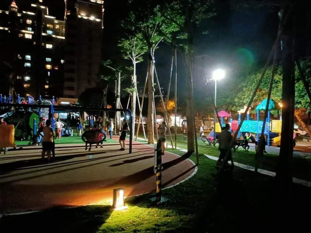 交通局目前決議將既有照明設備調整角度,集中照亮公園遊戲區,避免民眾視線不清,導致摔傷意外發生。(翻攝照片/黃婉婷桃園傳真)