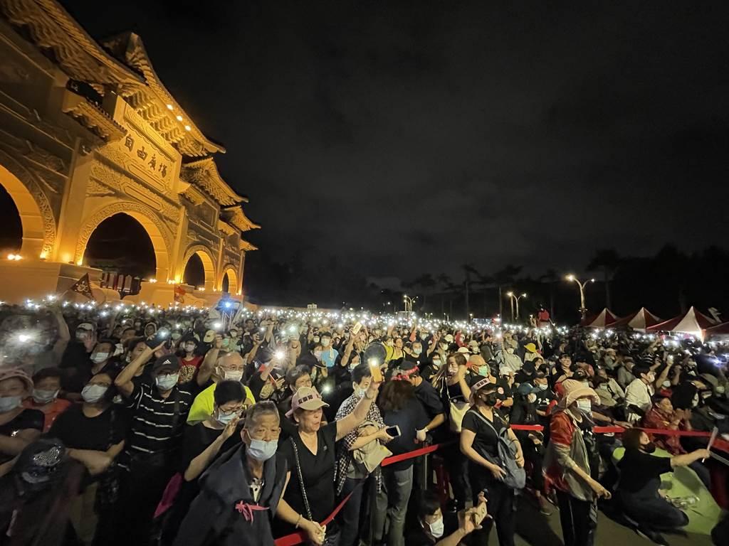 自由廣場「反關台,讓人民站出來」戶外開講,民眾擠滿現場。