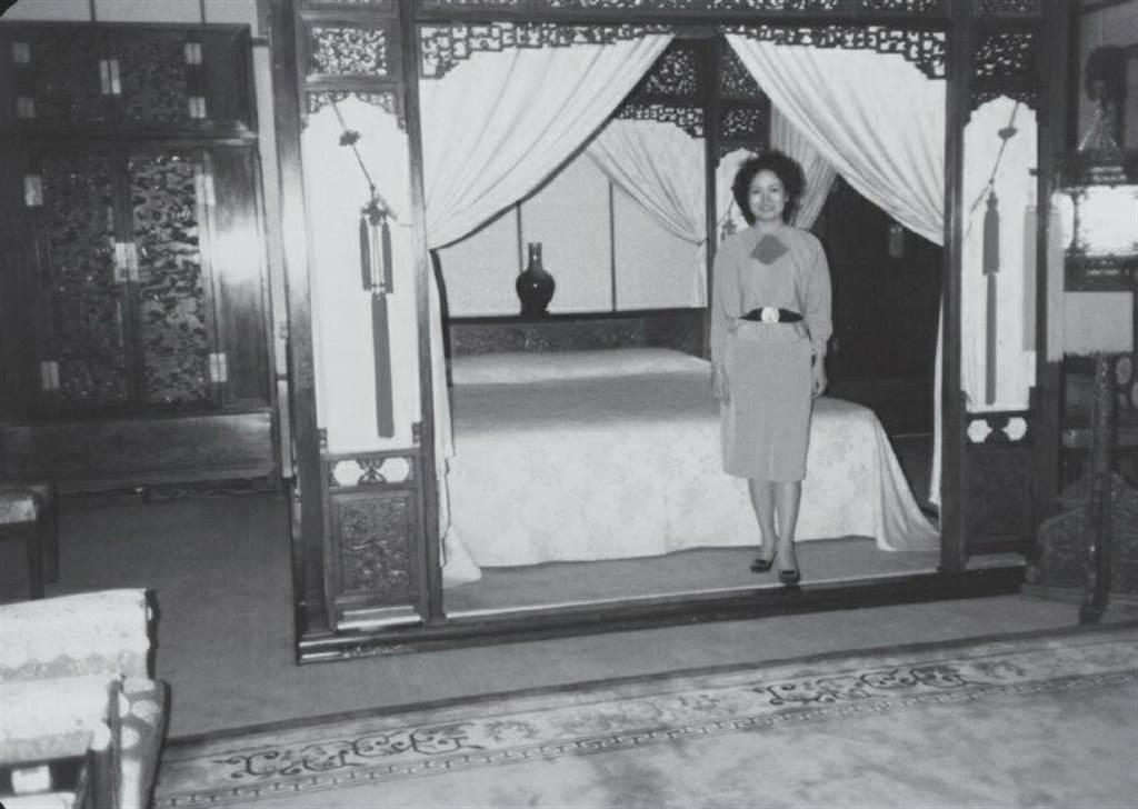 當年在釣魚台賓館毛澤東和江青的臥房裡留影。(作者提供)