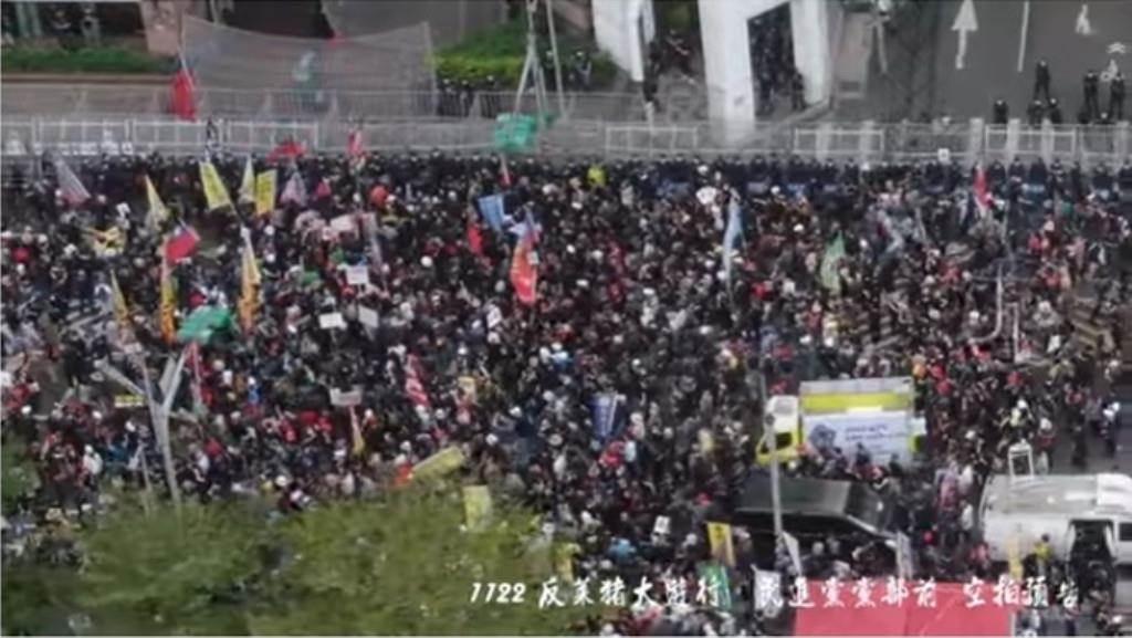 秋鬥大遊行,終點抵達民進黨中央黨部表達抗議。空拍影片一曝光,有網友坦言:感動又回來了。  (翻攝「Johnny Lin空拍」YouTube影片)