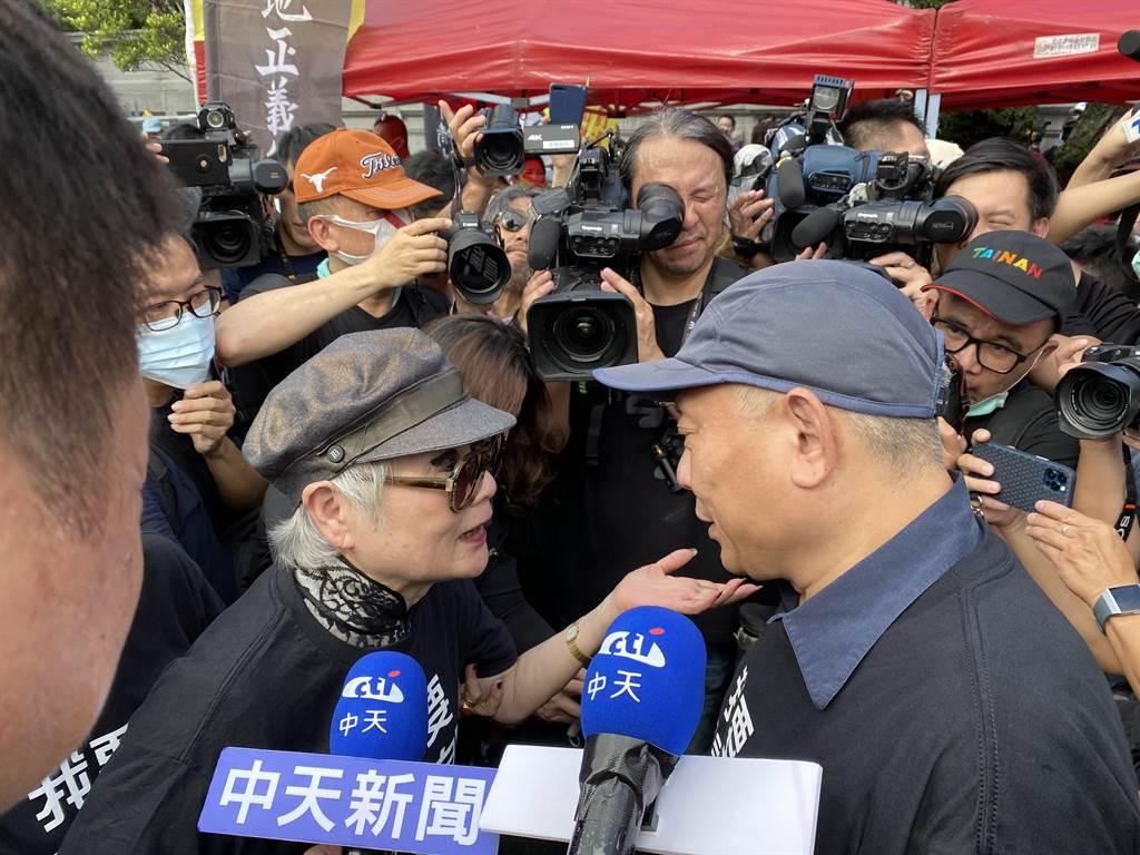 聯合報前發行人王效蘭(左)出面相挺旺旺集團董事長蔡衍明(右)。(林志成攝)