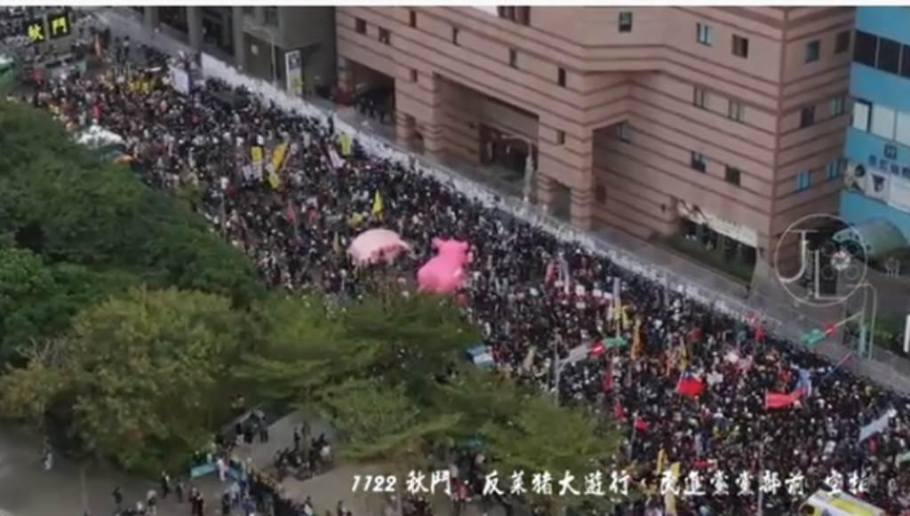 秋鬥大遊行,終點抵達民進黨中央黨部表達抗議。空拍影片一曝光,有網友坦言:感動又回來了。(翻攝「Johnny Lin空拍」YouTube影片)