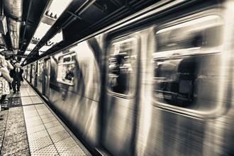 列車進站中 女竟遭陌生男一秒推落軌道