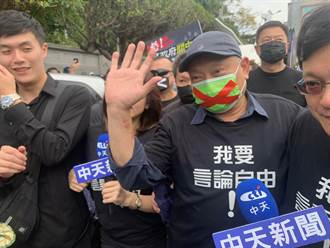 蔡衍明抵秋鬥遊行與王效蘭握手 上萬人參與挺言論自由
