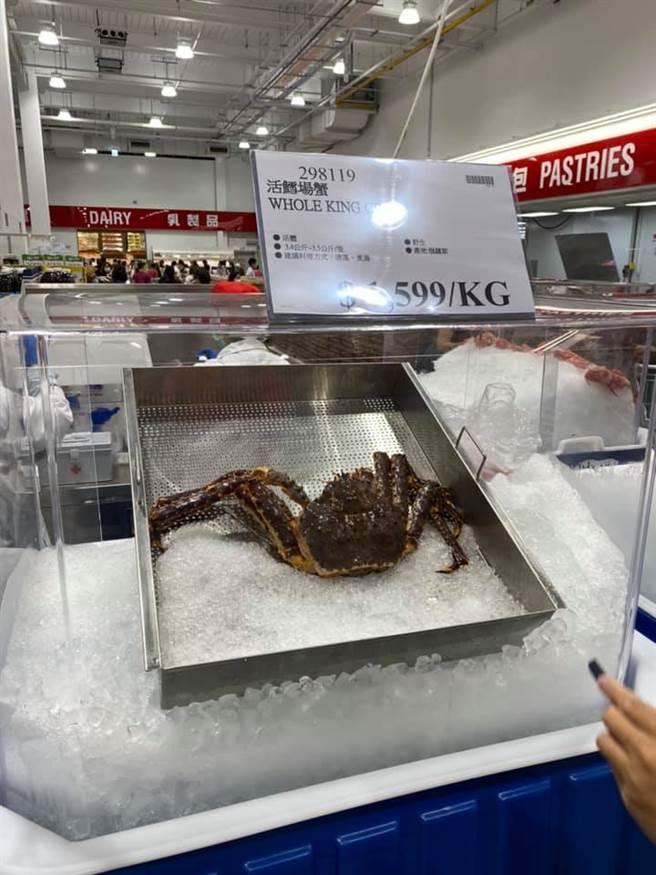 有網友看到活鱈場蟹,忍不住問「不會跑走嗎」(圖/Costco好市多 商品經驗老實說)