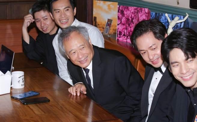 李安導演(中)鼓勵廖明毅導演(左)等台灣電影後輩。(吳松翰攝)