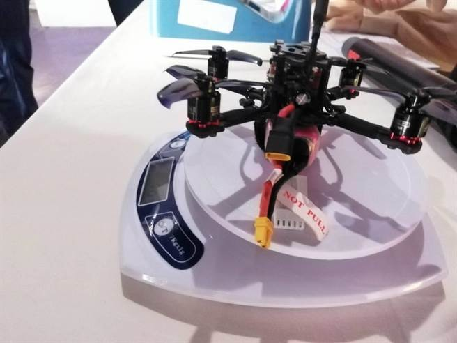 無人機比賽檢錄第一關,飛機先過磅。雲林首屆賽事限249克以下四軸飛行器。(洪肇君攝)