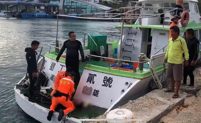 浮潛教練與海巡人員為溺水泳客施以CPR,送醫急救仍宣告不治。(海巡署提供/林和生屏東傳真)