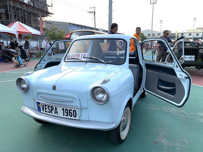 現場不少車友展示古董車。(李宜杰攝)