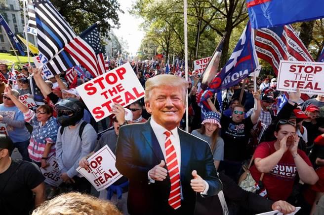美國總統川普的支持者11月21日在喬治亞州亞特蘭大市(ATLANTA)抗議大選結果。(路透)