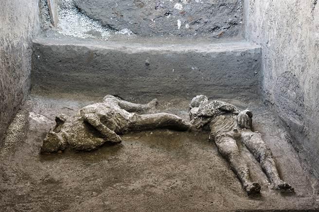 龐貝古城近郊處新發現2具遺骸,從緊縮的手腳研判2人應是受到「熱衝擊」而死亡(圖/美聯社)