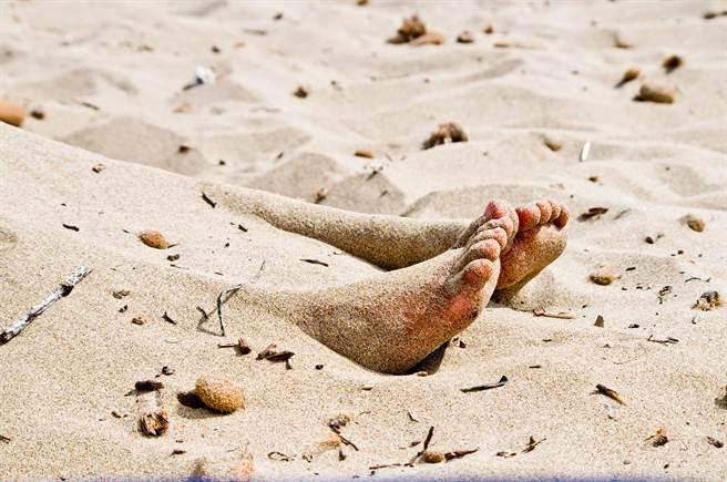 志工在淨灘時驚見沙灘上有一具疑似斷頭屍的不明物體(示意圖/達志影像)