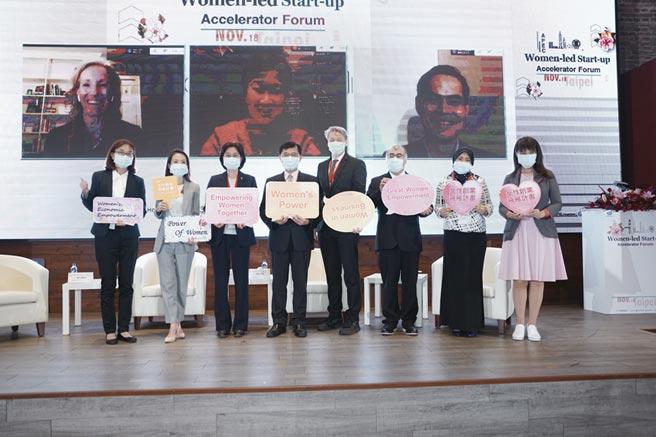 經濟部主任秘書陳怡鈴(左三)與本次活動講者共同合影。  圖╱經濟部中小企業處提供