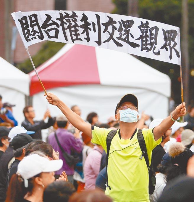 「反關台,讓人民站出來 挺中天,支持言論自由到底」戶外開講活動21日在台北自由廣場登場。大批力挺中天支持言論自由的民眾拿著抗議標語到場聲援。(季志翔攝)