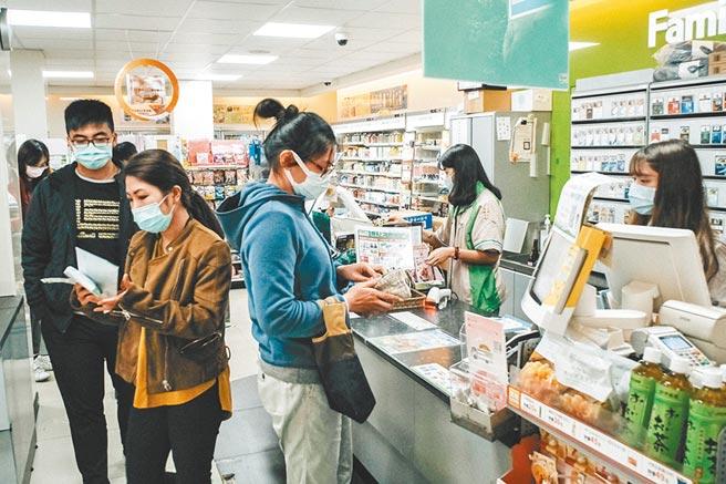 食藥署長吳秀梅昨表示,明年元旦起,成人、兒童口罩購買片數將調整為14天10片,每片價格從5元降至4元。圖為實名制網購超商取貨的民眾。(本報資料照片)