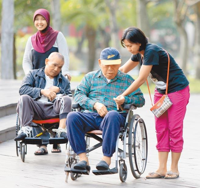 據印尼方的消息指出,如果我國堅絕不接受「移工零付費」的話,印尼看護工還有其他國家可以去,對移工市場影響甚大。圖為在公園內散步的印尼籍看護工。(本報資料照片)