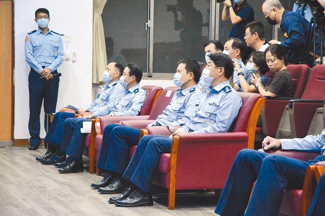 空軍第五聯隊上校蔣正志人機失聯,空軍司令部上將司令熊厚基(前排右一)在空軍花蓮基地說明搜救過程。(王志偉攝)