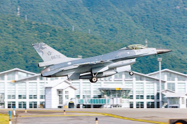 空軍第五聯隊上校蔣正志駕駛F-16戰機。(軍聞社提供)