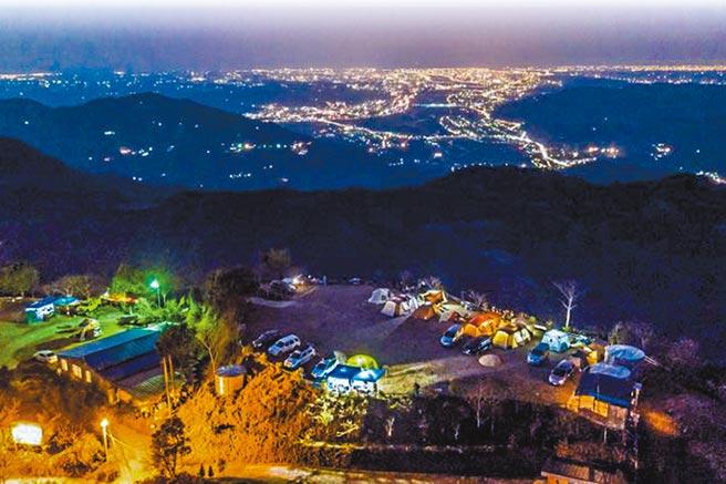 新竹五峰的露營場,可以俯瞰新竹地區的夜景。(業者提供/羅浚濱竹縣傳真)
