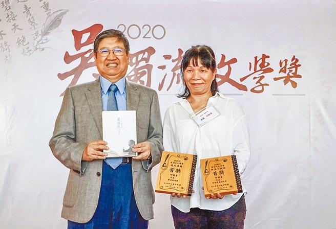 縣長楊文科(左)頒發吳濁流文學獎,首度參賽的何郁青(右)抱走短篇小說、現代詩「雙首獎」。(羅浚濱攝)