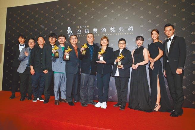 《消失的情人節》奪下5項大獎,劇組開心大合照。