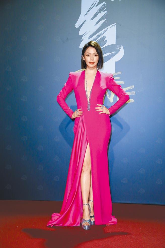 徐若瑄穿一襲ALEX PERRY桃紅色深低V領禮服,搭配垂Hearts on Fire鑽石長項鍊垂墜胸前,展現女王氣勢,贏得金馬紅毯最美。