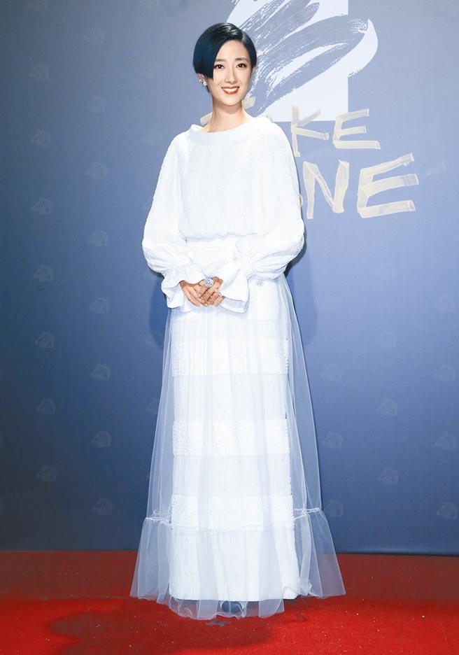 桂綸鎂以香奈兒白色高級訂製服走紅毯,看似平淡,其實網紗鑲滿珠飾亮片、珠寶鈕扣等細節,十分奢華。