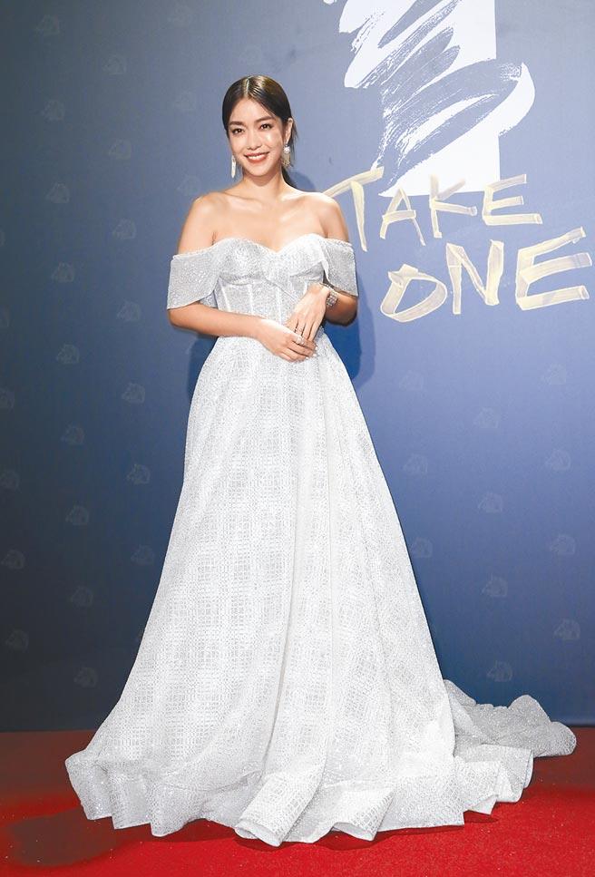 今年金馬紅毯清新白色當道,「大霈」李霈瑜穿以色列Berta白色訂製禮服,華麗珠繡的細節閃耀動人。