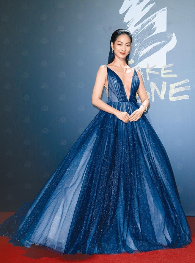 陳雪甄以一襲LinLi Boutique紫色漸層大篷裙搭配PIAGET珠寶,深低V領的設計十分性感。