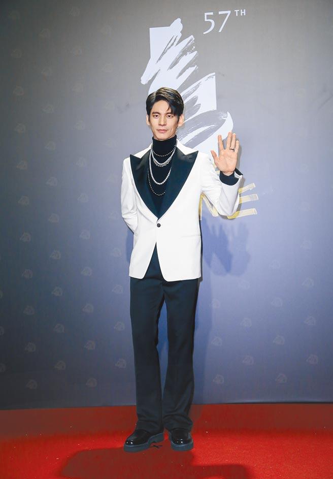 林柏宏大膽挑戰黑白色系Tod's西裝,胸前長短不一的MIKIMOTO珍珠項鍊風格前衛。