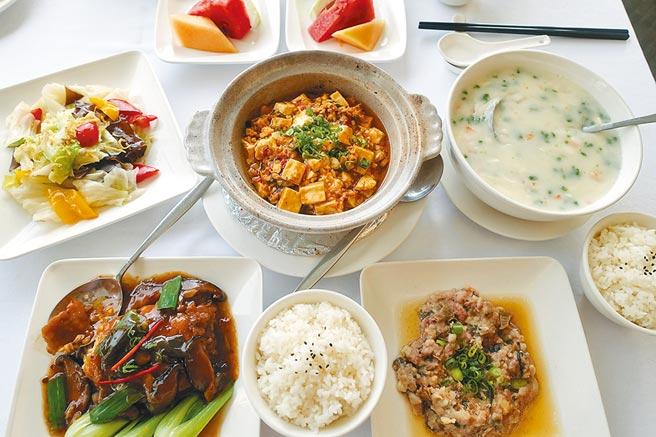 「老廣東雙人合菜」有5樣主菜、另有鮮果盤、甜湯露。(黃采薇攝)