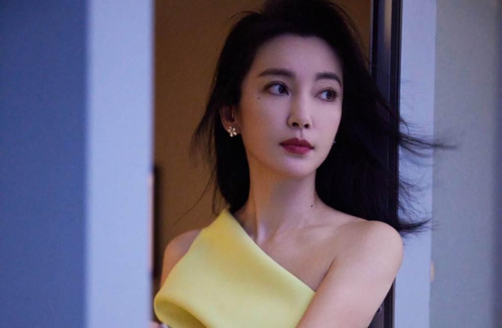 李冰冰以招牌的飄逸直髮造型搭配性感單肩禮服裙出席活動。(圖/摘自微博@李冰冰工作室)
